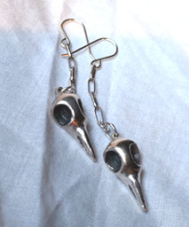 Earring with raven skull