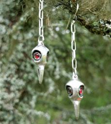 Örhänge korpskalle röda ögon
