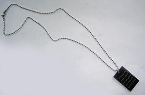 Halsband med svart plexi tag